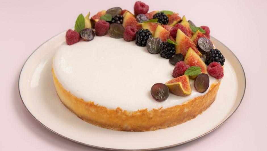 עוגת גבינה אפויה ופירות העונה
